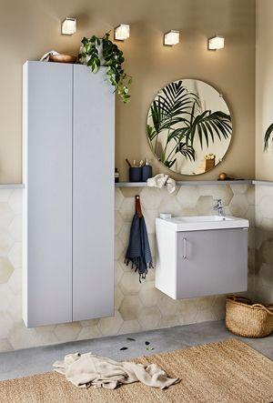 Ett bra och snyggt badrum, med badrumsserien Simple, i mörkgrått. Inred ditt badrum smart och prisvärt. Blanda lådor, högskåp, hyllor så att det passar just dina behov. | Ballingslöv