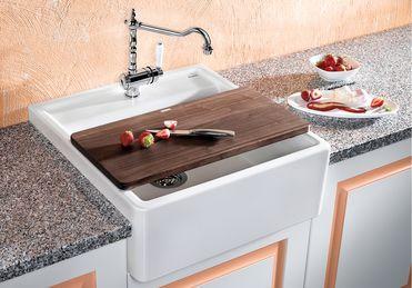 Stílusos megoldás hagyományos és korszerű vidéki-stílusú konyhákhoz. Nagy medencetérfogat. Nemes jelenség kristály fehérben. Választás szerint: tömör diófa vágódeszkával. Alkalmas a 60-as alsó szekrényhez.