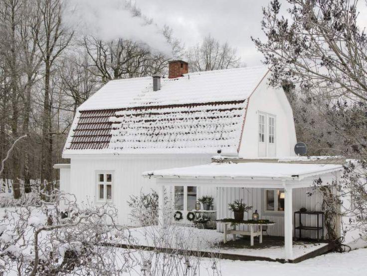 20-tals hus i vinterskrud- Kolla in det vackra mansardtaket!