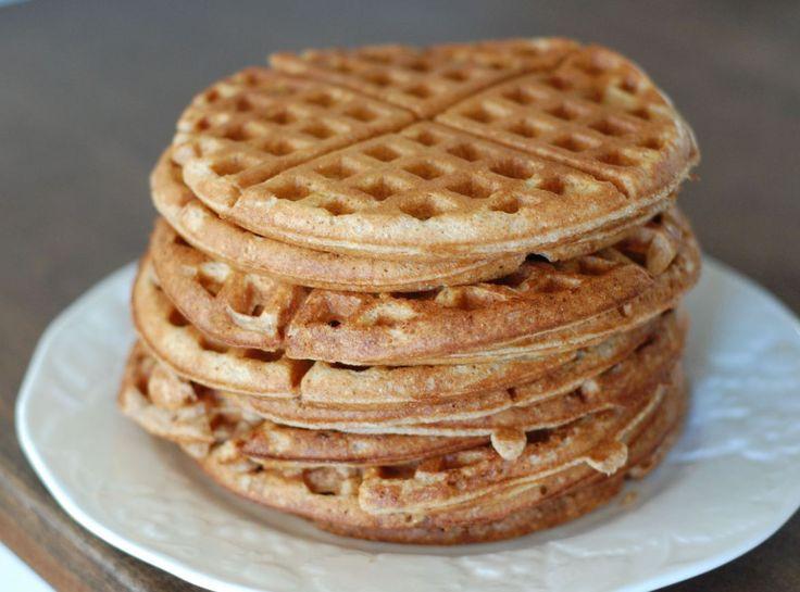 Jeg spiser ofte pandekager til morgenmad (det kan man sagtens! Prøv f.eks. dem her). Min morgenmenu har jeg fornylig udvidet - med vafler! Sunde vafler, som mætter og som kan varieres og pyntes i en uendelighed! Vaflerne er grovere, uden smør og er selvfølgelig helt uden sukker - til forskel ....