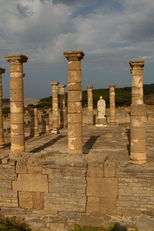 HISPANIA ROMANA -  Conjunto Arqueológico Baelo Claudia, Localizado en Tarifa,(Cadiz), declarado Monumento Histórico Nacional, es una ciudad-factoría romana que sorprende por su estado de conservación. Fue importante en la época por sus conservas y salazones, origen de la salsa (muy apreciada) denominada garum, que era exportada a todo el imperio romano. En el siglo III d.C. le afectó trágicamente un terremoto,y en los inicios del siglo VII d.C., se despobló definitivamente.