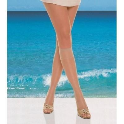 Verkrijgbaar bij socks 'nmore. Filodoro summer 8 kniekousjes.  Vindt je het ook zo vervelend met blote voeten in je schoenen?  De 8 denier zomerkniekousjes van Filodoro zijn comfortabele en lichtglanzende kniekousen van slechts 8 denier met een brede boord met stretch, die er voor zorgt, dat de kniekous perfect op haar plaats blijft zonder te knellen. Het voelt als het ware als een tweede huid. De zomerkniekousjes van Filodoro geven jouw benen direct een zomerse zongebruinde kleur.  Het…
