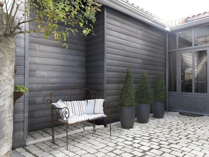 Le bardage bois en Pin Maritime apporte une touche d'authenticité à votre maison. Le coloris saturé Acier de celui-ci résiste à l'épreuve du temps. La pose est facile et le résultat esthétique, relookez votre façade!