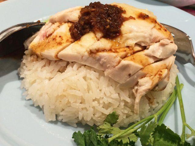 11月10日の得する人損する人で放送されたサイゲン大介さんによるコンビニ食材のサラダチキンを使ったレシピ「鶏のうま味たっぷり本格カオマンガイ」の作り方をご紹介します! 炊飯器に入れて炊くだけで簡単に出来る一品です。 今回は料理人の小崎陽一さんと料理対決を行いました。