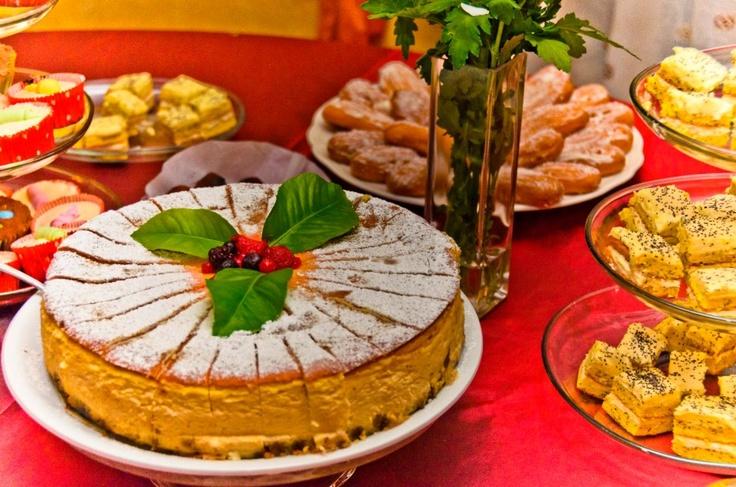 Cheesecake cu fructe de padure, prajitura cu mascarpone, lamaie si mac, ecler cu cocos