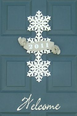 Gorgeous new years snowflake front door hanger tutorialDoors Hangers, Doors Decor, Christmas Doors, Burlap Doors, Front Doors, Burlap Door Hangings, Christmas Decor, New Years, Doors Colors