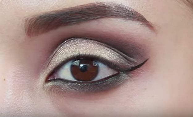 Glam Smokey Eyes Makeup Tutorial! Step By Step Guide to Smokey Eyes – easy step by step tutorial for eye makeup. Brown eyes, green eyes, hazel eyes, blue eyes. Guide to and How to makeup for getting that smoky eye look. Quick and easy.