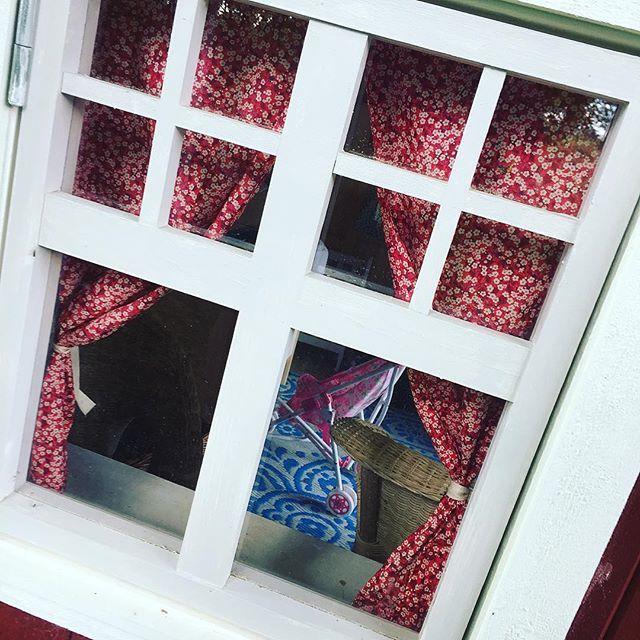 Vi håller på att ta fram gardinstänger och fönsterbrädor till våra stugor! Custom made Curtains in your playhouse!
