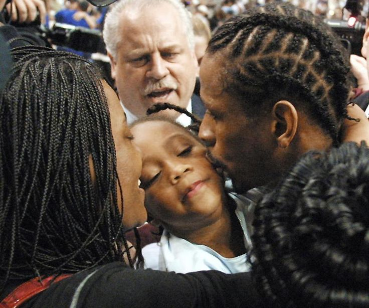 Pictures Allen Iverson His Wife | 2001: Allen Iverson (R) kisses his daughter Tiaura (C) beside his wife ...