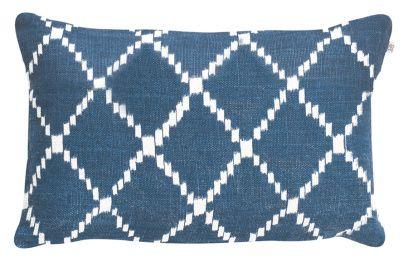 Kudde i mjukt och skönt linne med ikatmönster, design av svenska Chhatwal & Jonsson. 100 % linne. Marinblå bas och mönster i vitt. Innerkudde ingår ej i priset. Mått: 40 x 60 cm