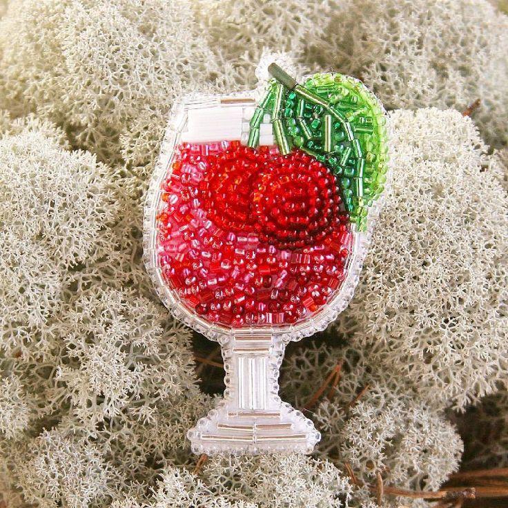 """@Regranned from @manuar_beads - Привет, мои хорошие! Завершаем наш алкомарафон коктейлем """"Пьяная вишня"""". Если честно, он мне нравится больше остальных. Такой сочный, и у него передняя вишенка объёмная! К сожалению, на фото не видно, но ощущать это в руках приятно. Надеюсь, подруги оценят наш подарок, Таня, и каждый раз, надевая брошку, будут вспоминать милую дарительницу и меня иногда ! . . . . . . . . #брошьстакан #брошьбухлишко #брошьбокал #брошкабокал #брошьбокальчик #брошьмохито #б..."""