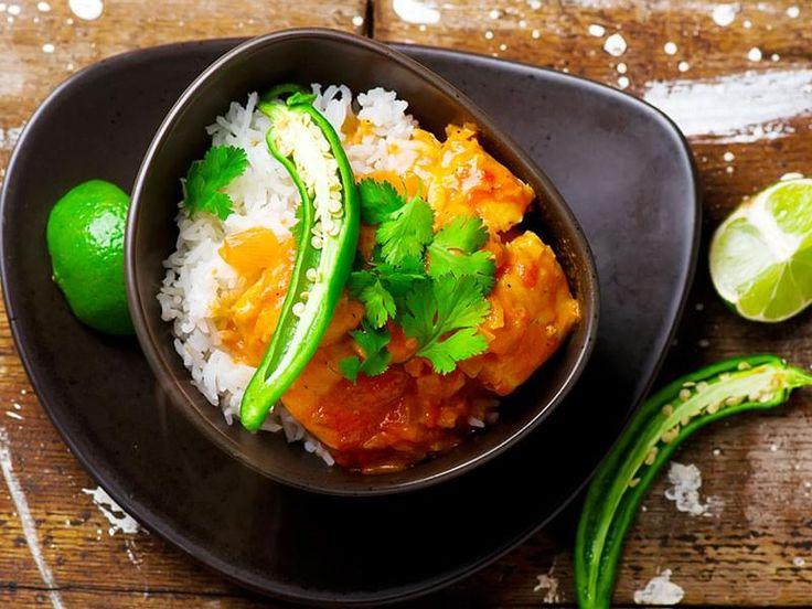 """Morue pochée dans une sauce épicée à la noix de coco et tomates. Cette recette est connue aussi sous le nom de """"Run Down"""".  Il s'agit d'un ragoût typique de la cuisine jamaïcaine, composé de poisson, lait de coco, tomate, oignon et assaisonnements. Le nom tire son origine de la façon dont le poisson est cuit, tellement qu'il se défait complétement, d'où le terme """"run down"""" (ce qui veut dire """"tombe en morceaux"""")."""