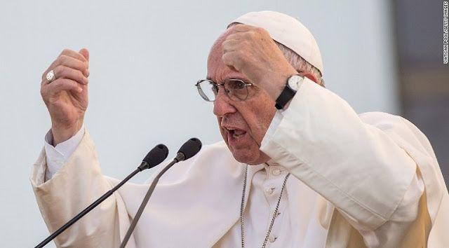 Óriási botrány a Vatikánban! Nekimentek Ferenc pápa migránssimogatós felfogásának!