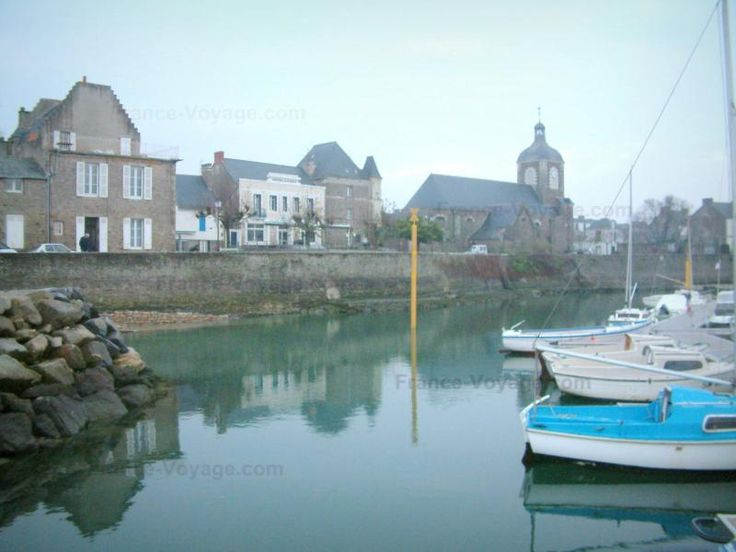 Piriac-sur-Mer: Boats of the port, church and houses in the village (seaside resort) - France-Voyage.com