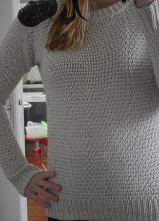 A vendre sur #vintedfrance ! http://www.vinted.fr/mode-femme/pull-overs/13019756-pull-avec-clous-aux-epaules-bershka