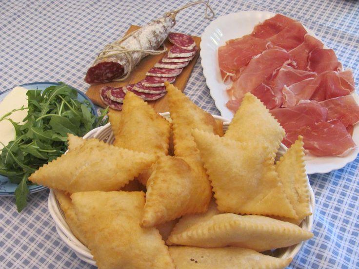 Il gnocco fritto è un prodotto agroalimentare tradizionale (P.A.T.) tipico dell'Emilia. La ricetta del gnocco fritto prevede un impasto a base di acqua,...