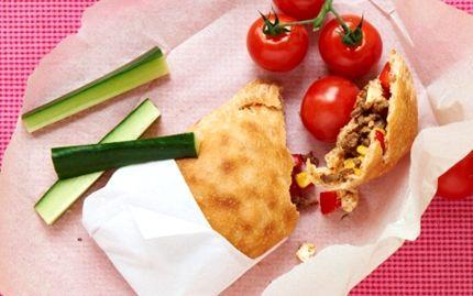 Indbagte pizza-stykker med majs og peberfrugt