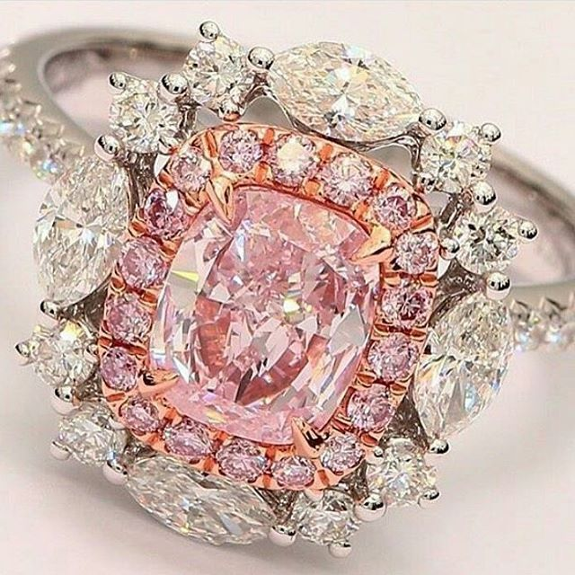 Pink and white diamond ring. Exceptional central stone. Marvellous colour. Precious.