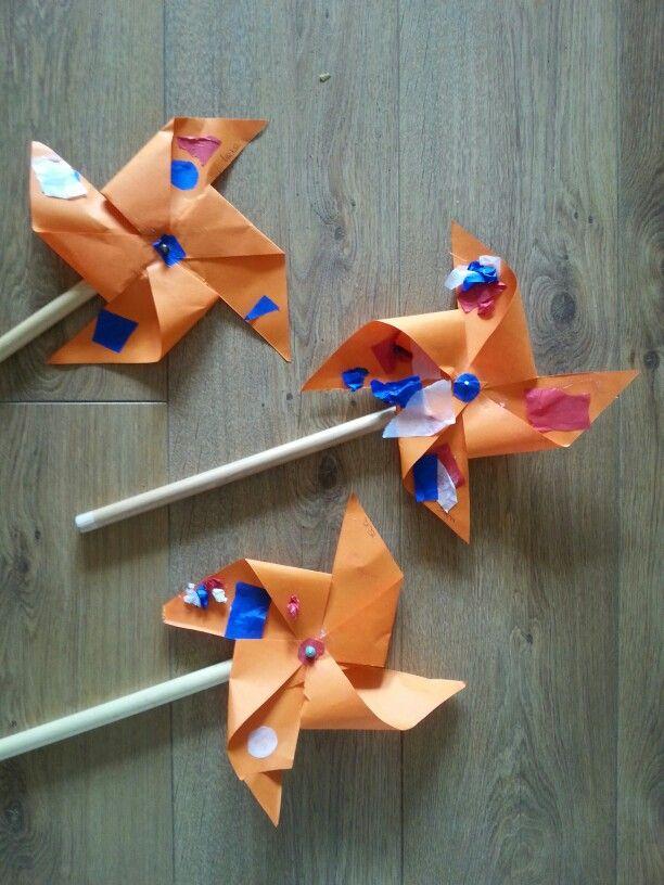 Thema Wk: molentjes. Samen vouwen, knippen, scheuren en plakken. Spijker door molentje heen, denk aan een kraal aan de  voor en achterkant van de molen zodat hij ook goed draaien kan.