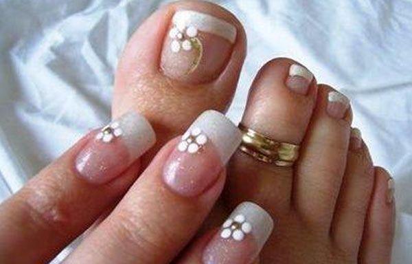 Diseños para uñas de los pies, diseño para uñas delos pies flores blancas. Clic Follow,  #uñasbonitas #unhas #uñassencillas