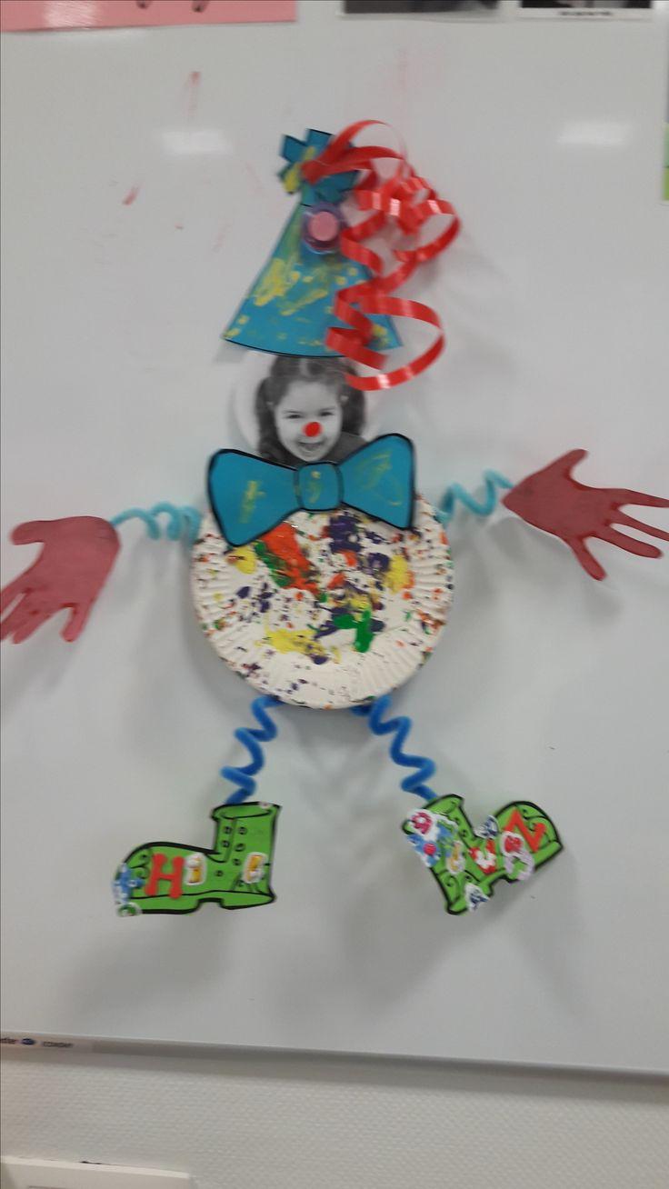 knutselwerkje carnaval bij de peuters. Buikje met knikkerverven, strik en muts met wattenstaafjes schilderen, handjes afgedrukt en schoentjes bekleefd met figuurtjes. Gezicht is foto van peuter zelf.