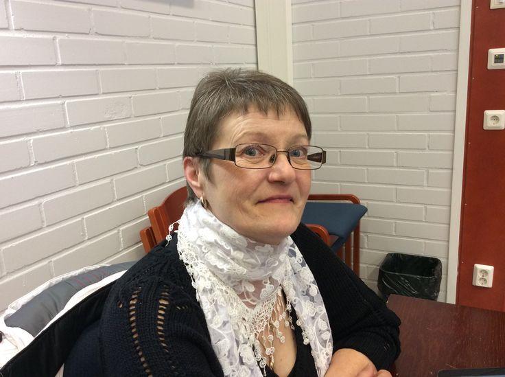 Pirjo Asikainen on keittäjänä Kuosmalan koululla Juvalla.