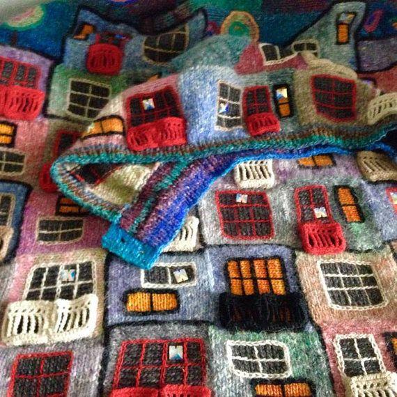 Abrigo hecho a mano de hilo de Noro (conejo de Cochoran Angora). Hundertwasser - arquitecto brillante de su casa como dibujos de los niños y en los techos de las casas son árboles, césped, flores y arbustos. Dedican otra unidad en mi colección. Al igual que gaudí no se derecha - una línea recta, las formas de las casas, historias coincide con mi patchwork...))) ... de noche, las luces de la casa estaban en... Abrigo con cremallera ocultada - botones - muy cómodo de llevar