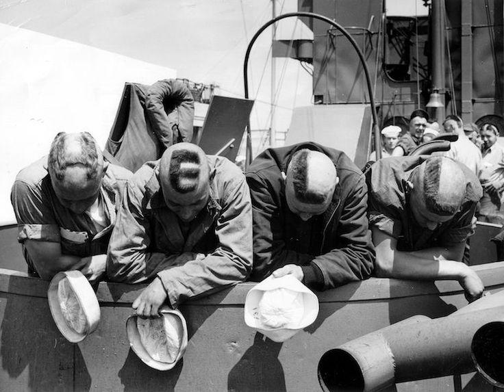 <p>Cuatro marineros muestran la palabra Hell (Infierno) en sus cabezas rapadas (Archivos Nacionales USA). </p>