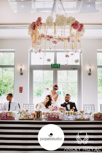 Glamour Wedding,Wreath,Head table decor,Black&white / Wesele galmour,Wianek,Dekoracja stołu Pary Młodej,Czarno-biały,Anioły Przyjęć