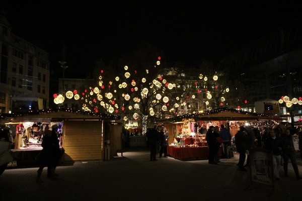 Christmas market at Vörösmarty by night