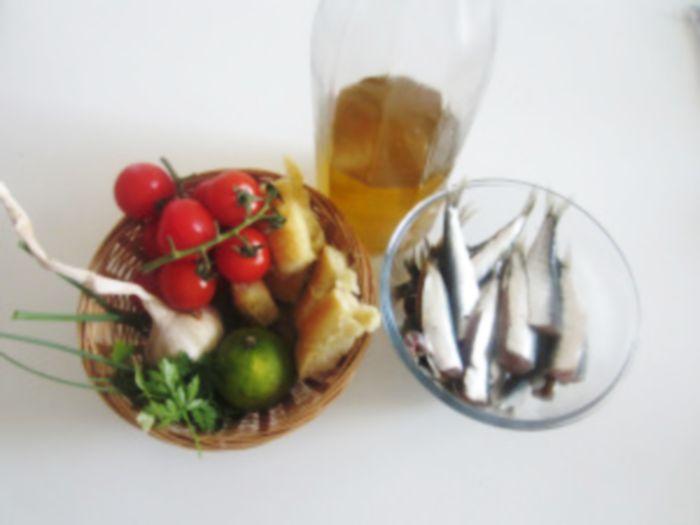 Baked sardines in a mediterranean tomato crust - http://easyitaliancuisine.com/recipe/baked-sardines-crust/