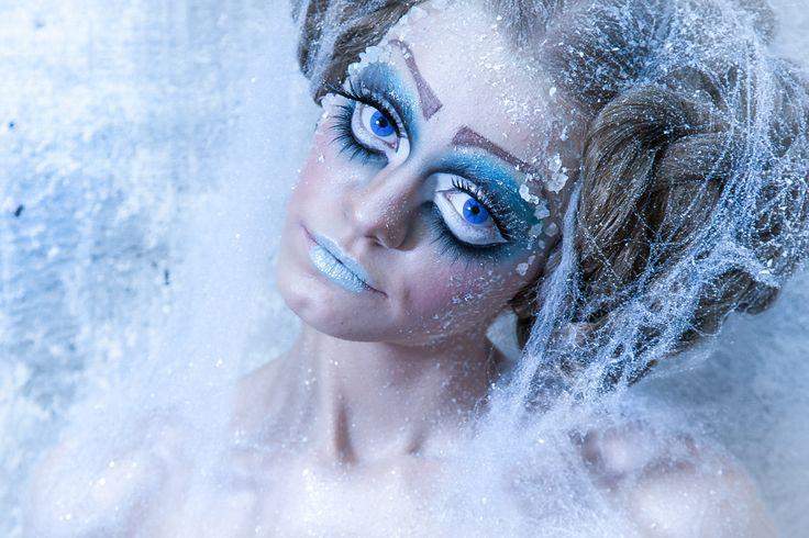 Какой великолепный образ!И удивительная деталь: выбеленные волосы, словно тоненькие веточки, покрытые инеем! И слипшиеся (точнее смёрзшиеся) пряди волос тоже кстати.Грим иней. грим снег. грим лед.ский грим и спецэффекты Профессиональным художникам гримерам в своей работе часто приходится прибегать к созданию спецэффектов.Грим обучение в Москве.Видео урок по гриму смотри и учись. Как сделать грим .Как изменить внешность.грим Зубы, кровь, грим, костюмы, маски, для лица. make-up .FX makeup…