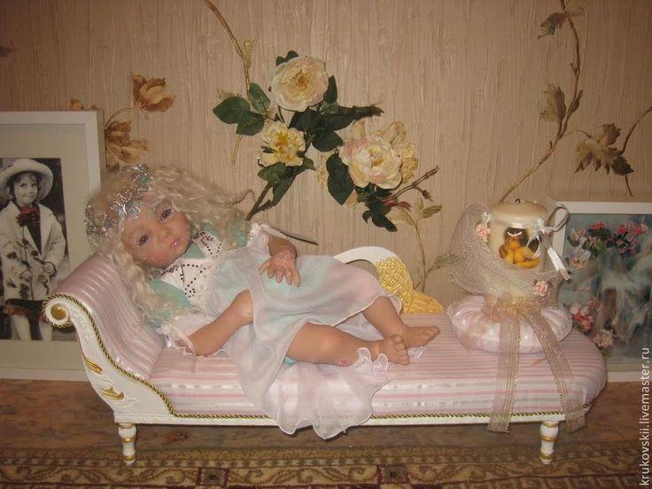 couch for a doll http://cs1.livemaster.ru/foto/large/21b25990291-kukly-igrushki-kushetka-dlya-kukly.jpg