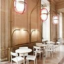 ELEGANZA E CONTEMPORANEITA' Il designer Mathieu Lehanneur ha firmato il restyling del prestigioso Café Mollien situato all'interno del Louvre. Il progetto ha saputo unire il gusto contemporaneo all'eleganza e allure di un luogo storico utilizzando arredi candidi che riprendono il marmo bianco e una particolare illuminazione in ottone e lampada di colore rosa traslucido. Scopri di più: http://italystonemarble.com/2017/06/08/cafe-mollien-al-louvre-firmato-da-mathieu-lehanneur/ELEGANZA E…