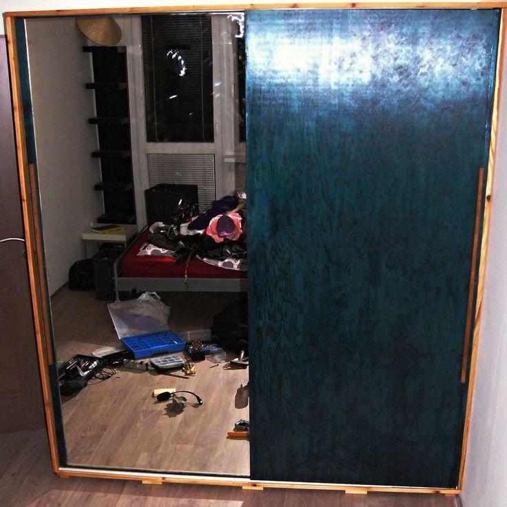 Šatní skříň / Wardrobe Masivní šatní skříň z borovicového masivu. Přední posuvné dveře jsou z borovicové překližované desky kvůli odlehčení, zrcadlo nalepeno na OSB. Dveře jsou olištovány, že to vypadá, jak masiv. Dubová madla. Boky a zadek skříně bez výplně, možno i s výplní. Rozměry: 210 x185 x 60 cm Velikost zrcadla 190 x 90 Šuplíky s tlumením a dotahem, ...