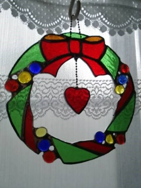 ★ステンドグラス製のクリスマスリースです♪◆緑と赤のクリスマスカラーに加え、ナギットの硝子玉でカラフル&ポツプなリースにしてみました♪◆ボールチェーンで中央に... ハンドメイド、手作り、手仕事品の通販・販売・購入ならCreema。