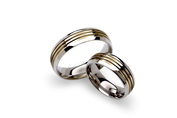 Aliança em Aço com três filetes em ouro 18k. #ring #steel #gold #jewelry #anel #namoro