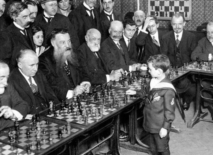 """El francés Samuel Reshevsky, de 8 años derrotando a varios """"campeones"""" de ajedres al mismo tiempo 1920, lo de """"campeones"""" es por que los derroto dejándolos como (ex campeones)."""