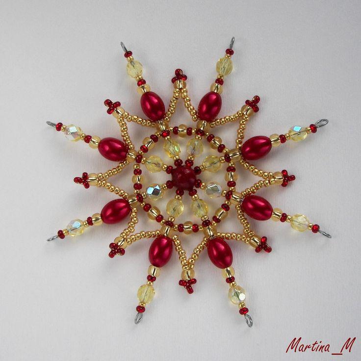 Vánoční hvězda 2015_11 Vánoční hvězdička střední velikosti z plastových a skleněných korálků a perliček v tradiční vánoční kombinaci červené a zlaté. Průměr cca 10,5 cm, díky koncovým očkům lze zavěsit na háček. Pouze 1 ks - originál.