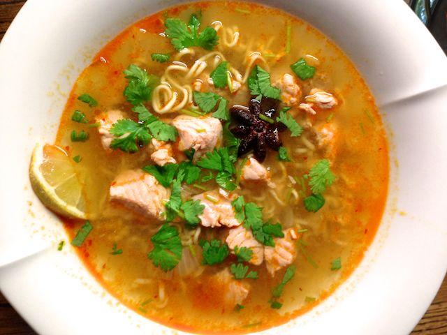Hehkuvan värinen ja herkullinen keitto, jonka voimakkaat ja lämpimät maut heittävät sinut Vietnamiin.