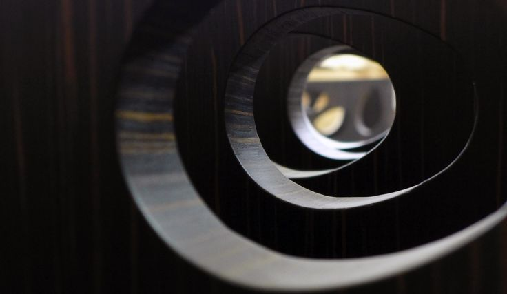 Curved dividing panel detail view. Ebony veneer and matt lacquer. Panel thickness 5 - 15 cm. Produced for the Rosati Restaurant in Dusseldorf. Project by Archiplanner GmbH