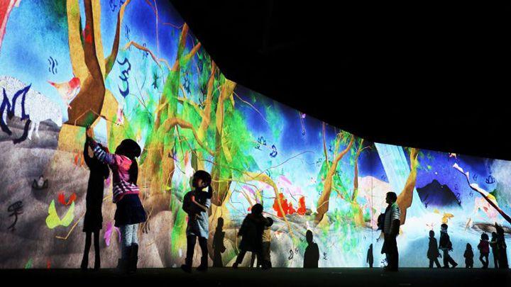紫舟+チームラボ『まだ かみさまが いたるところにいたころの ものがたり』 2013年~ Interactive Digital Installation, Calligraphy: Sisyu, Sound: Hideaki Takahashi