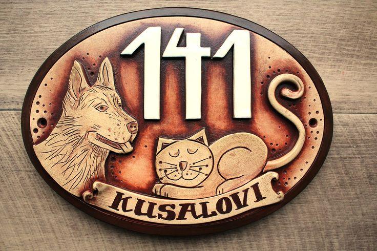 originální+keramická+jmenovka+/kočka+a+pes/+Keramická+jmenovka,+široký+ovál+odélce+20+cm+a+výšce+13+cm.+Jméno+napsáno+na+štítku,+tmavší+rámeček,+plasticky+modelovaný+motivpejska+a+kočky.Doplněno+o+číslo.+Vypalováno+na+vysokou+teplotu+a+povrchově+ošetřeno+speciálním+nátěrem,+tudíž+vhodné+pro+venkovní+podmínky.+U+objednávky+prosím+uveďtepodrobnosti,+...