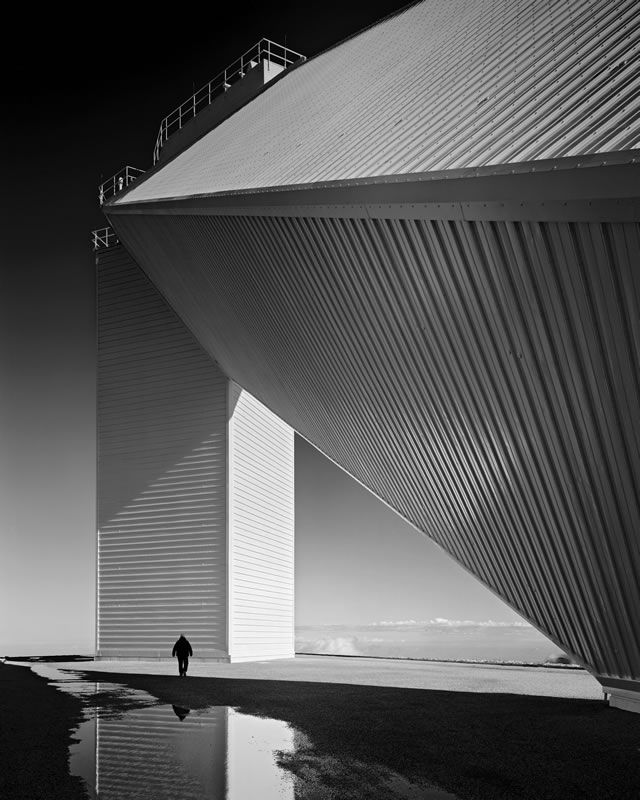 A photo of the solar telescope at Kitt Peak, Ariz., shows Stoller's mastery of presentation of scale. Photo © Ezra Stoller/ESTO Photographics.