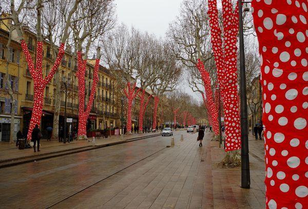 """L'Art-à-l'endroit"". Yayoi Kusama - Ascension of Polka Dots on trees"