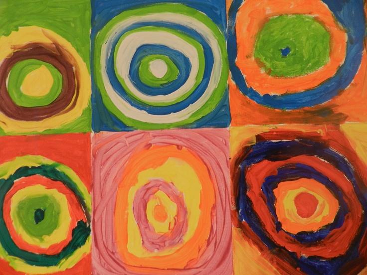 De kinderen hebben een groepswerk gemaakt. Hij liet zich inspireren door muziek. Hij hoorde de muziek in kleuren en in kleuren zag hij de muziek. We hebben het schilderij 'Vierkanten met concentrische cirkels' bekeken. Bij welke cirkel zou Kandsinky vrolijke mu ziek hebben gehoord? En welke muziek hoorde hij bij de donkere cirkels? De kinderen hebben zelf een schilderijtje gemaakt terwijl ze luisterden naar 'De vier jaargetijden' van Vivaldi. ze kleurde cirkels met oliepastelkrijt.