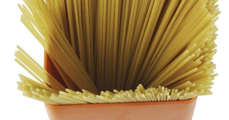 Como cozinhar espaguete em uma panela a vapor?. As panelas a vapor são boas para cozinhar macarrão de espaguete, pois permitem que a massa se expanda durante o processo de cozimento. Cozinhar o macarrão em uma panela grande é importante para que ele não grude. A massa seca se expande ao cozinhar, exigindo uma panela com bastante espaço. Antes de utilizar a panela, retire a peneira de entrada de ...