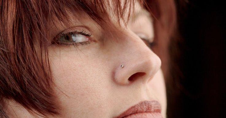Como tratar o inchaço do piercing no nariz. Embora seu motivo para ter um piercing no nariz provavelmente seja a estética, inchaço e desconforto muitas vezes são inevitáveis. Sempre que o corpo sofre um ferimento, incluindo o furo para colocação do piercing, é normal que ele reaja com inchaço e dor ao redor do local. Mesmo que estes efeitos secundários eventualmente desapareçam por conta ...