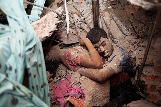 Foto mostra casal abraçado em escombros de prédio em Bangladesh