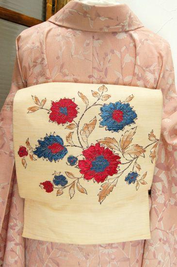 姉妹屋 ベージュ地に西洋ビンテージファブリックのような花模様美しいつくり帯 - アンティーク着物/リサイクル着物のオンラインショップ ■□姉妹屋□■ マスタードと生成りの糸で紬風に織り出されたベージュ地に、西洋のビンテージファブリックを思わせるお花模様が織り出されたつくり帯です。 Source :shimaiya.jp